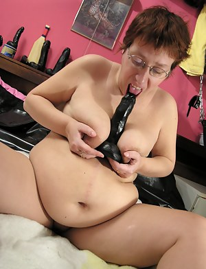 This chubby mature slut wants to play