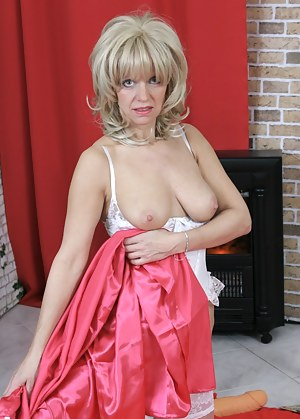 This mature blonde hussy loves fucking