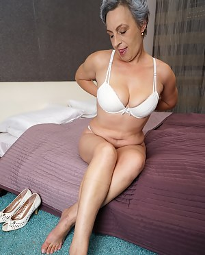 This horny mature lady loves to play alone