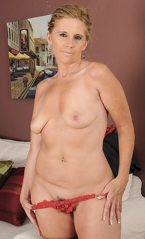After a long day at work 48 year old Amanda Jean puts on a show