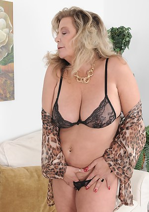 Horny 51 year old Karen Summer stretches open her mature box