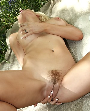 Gorgeous blonde MILF plays with her pussy after picnicing