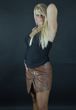 It fits perfect but this brown leather skirt and Brown nylon.