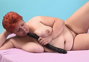 Chubby mature dame playing with herself