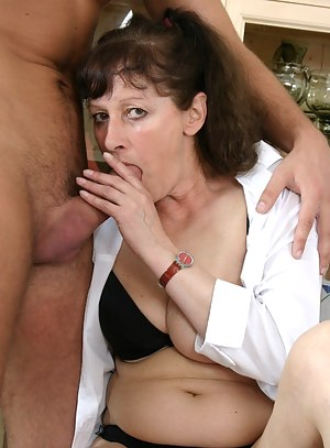 mature cum slut gets her cunt pumped