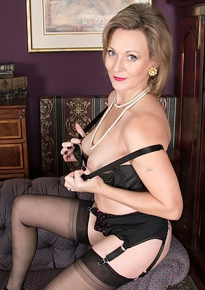 Cougar Huntingdon Smyth naked in stockings.