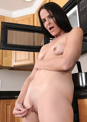 Slender mama Molly K pulls her long labia for fun