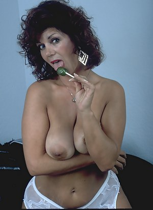 Hairy housewife playing in front of the cam