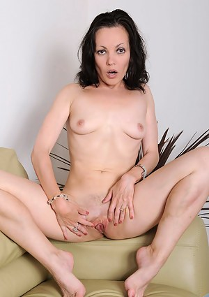 Anilos Claudia Adkins gets totally naked on the couch and fingers her fuck hole