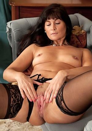 Gorgeous cougar Lelani Tizzie naked in stockings.