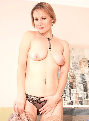 Hottie cougar Tiffany spreads her pink pussy while penetrating her fingers really good