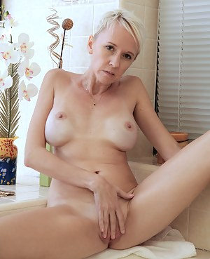 Horny blonde mommy finger fucks her shaved pussy in the bath