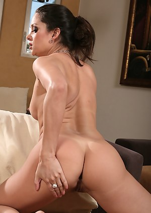 Stephanie Swift peels off her lingeries and spreads her pussy
