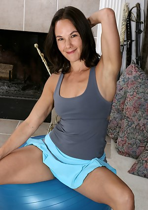 Fit MILF Mindy Johansen on the yoga ball