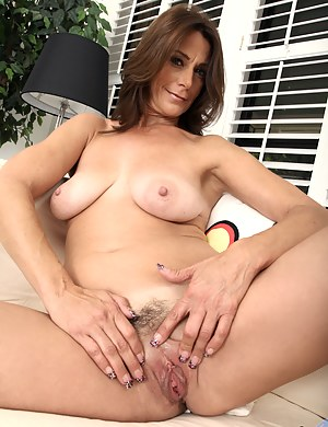 Hot cougar fucks her craving twat with her fingers