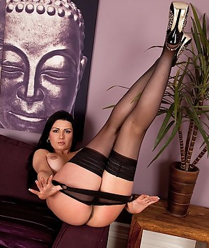 Stunning MILF Sienna Richardson fingerbangs her wet pussy.